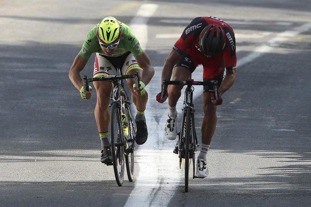 Bitva o vítězství ve 13. etapě Tour de France. Vlevo spurtující Slovák Peter Sagan, vpravo Belgičan Greg van Avermeat.