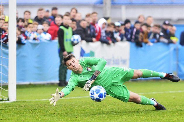 Brankář Richard Mařík z Viktorie Plzeň zasahuje při šanci Realu Madrid během utkání 4. kola UEFA Youth League pro fotbalisty do 19 let.