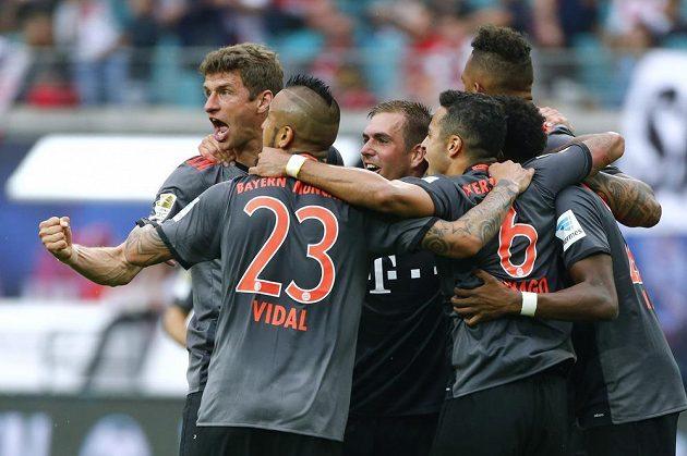 Radost hráčů Bayernu po pátém gólu v síti Lipska.