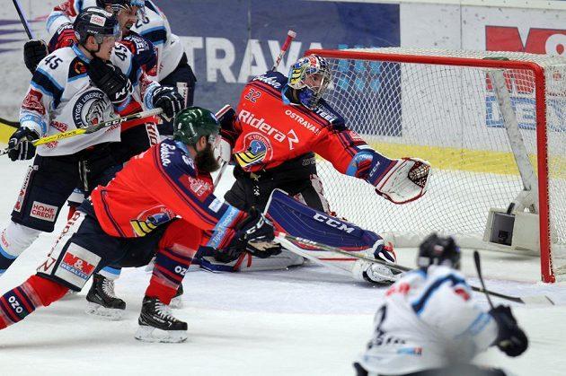 Brankář Patrik Bartošák z Vítkovic inkasuje gól v utkání s Libercem.