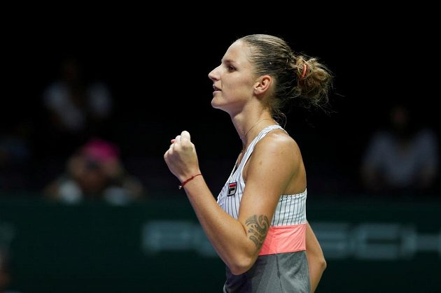 Vítězné gesto Karolíny Plíškové v duelu s Garbiňe Muguruzaovou na Turnaji mistryň.