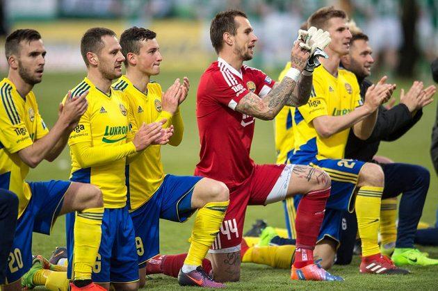 Fotbalisté Zlína oslavují vítězství nad Bohemians 1905.