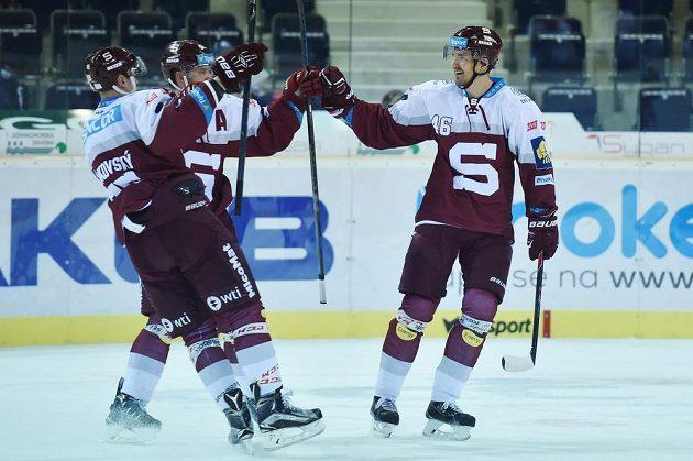 Autor druhého gólu Sparty Petr Kumstát (vpravo) přijímá gratulace od spoluhráčů.