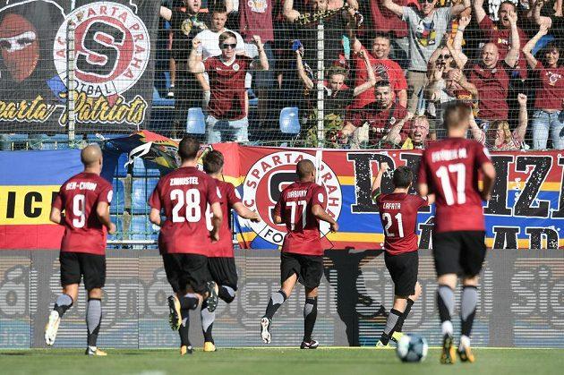 David Lafata se raduje se spoluhráči ze svého gólu proti Mladé Boleslavi