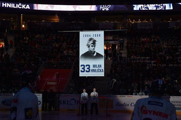 Bývalý brankář Milan Hnilička byl před zápasem Liberec - Sparta oceněn vyvěšením dresu s číslem 33 pod stropem arény.