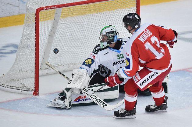 Útočník Olomouce Tomáš Mikúš střílí rozhodující gól v samostatných nájezdech. V boleslavské brance je David Rittich.