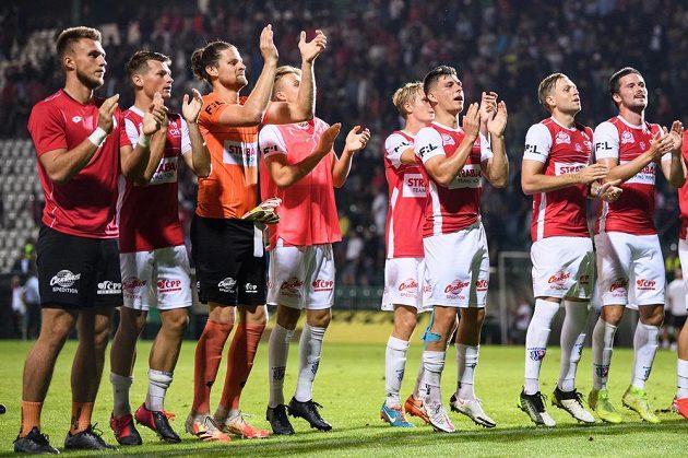 Fotbalisté Pardubic děkují fanouškům po senzační remíze se Slavií.