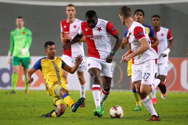 Fotbalista Slavie Michael Ngadeu-Ngadjui se snaží rozehrát během utkání Evropské ligy na hřišti Maccabi Tel Aviv.