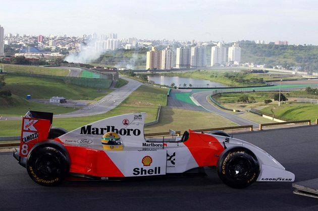 Replika závodního vozu McLaren F1 MP4/4, kterou na okruhu v Imole řídil právě Ayrton Senna.