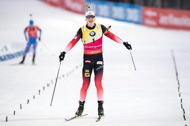 Norský biatlonista Johannes Boe oslavuje vítězství ve stíhacím závodě Světového poháru v Novém Městě na Moravě.