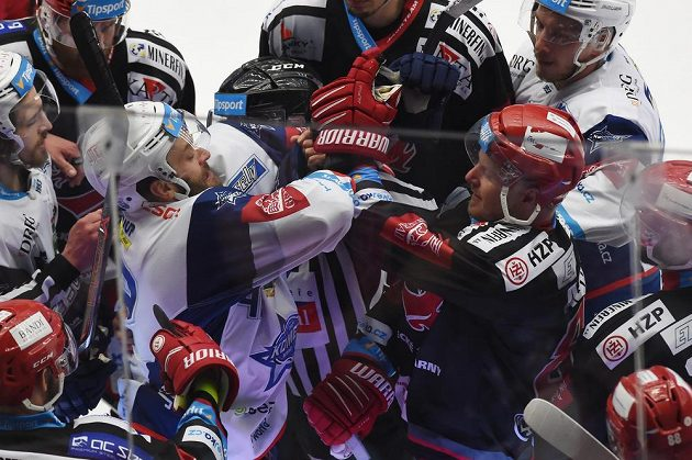 Opravdová bitva o titul. Michal Barinka z Brna a Martin Adamský z Třince při potyčce během druhého finále extraligy ledního hokeje.