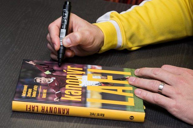 Kanonýr Lafi s autogramem sparťanského útočníka.