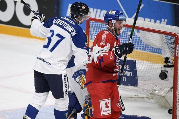 Český hokejista Tomáš Zohorna (vpravo) slaví gól Andreje Nestrašila proti Finsku.