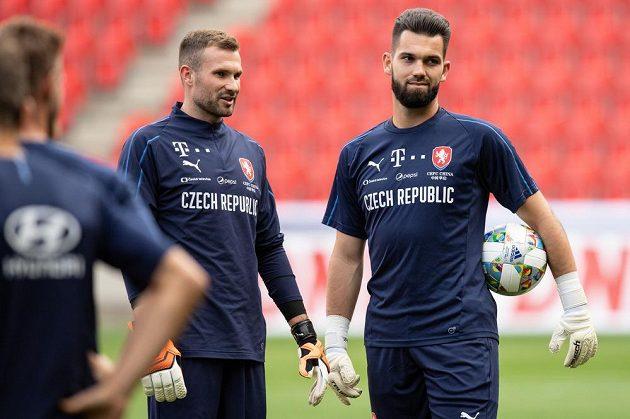 Brankáři Ondřej Kolář (vlevo) a Tomáš Koubek během tréninku fotbalové reprezentace.