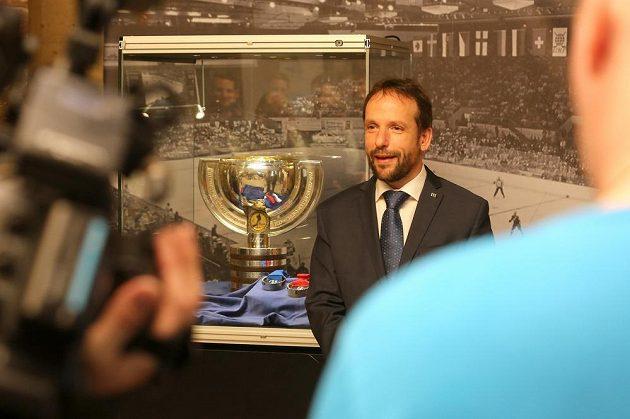 Na ostravské radnici vystavili organizátoři pohár pro hokejové mistry světa a sadu medailí. Na snímku je primátor Tomáš Macura.