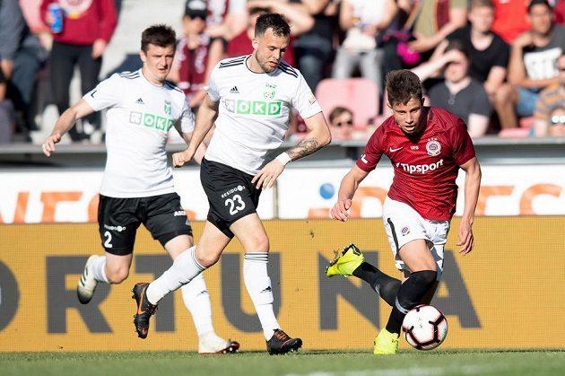 Lukáš Budínský z Karviné a Adam Hložek ze Sparty Praha během utkání 29. kola fotbalové Fortuna ligy.