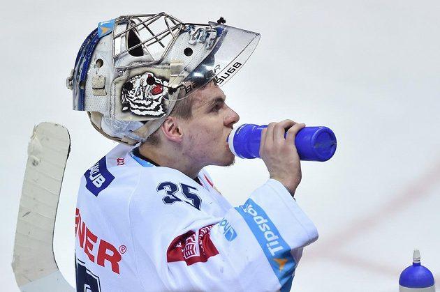 Brankář Liberce Roman Will se osvěžuje během pátého zápasu semifinále play off hokejové extraligy s Piráty Chomutov.