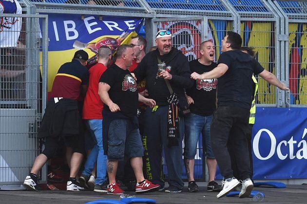 Fanoušci Sparty prolomili branku a dostali se na hrací plochu.