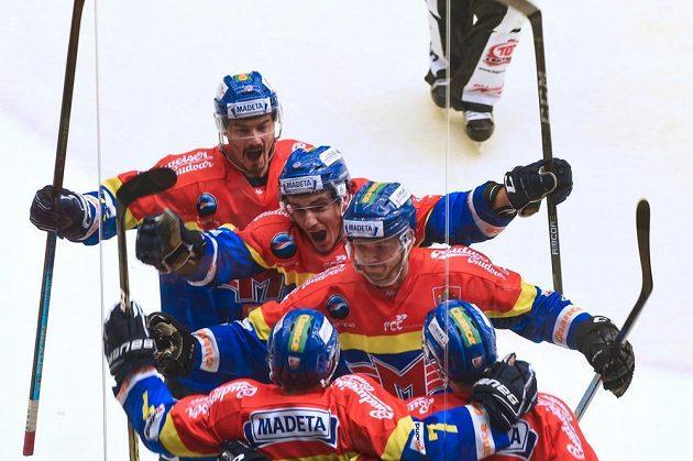 Českobudějovičtí hokejisté se radují z gólu v duelu se Vsetínem.