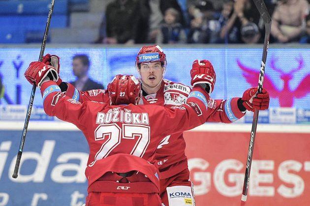 Třinečtí Martin Růžička a Aron Chmielewski se radují z gólu.