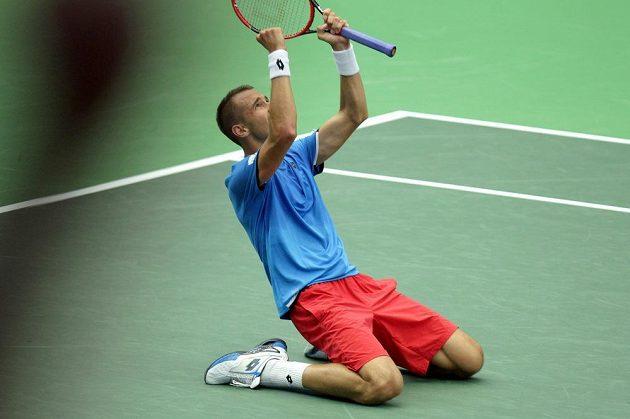 Lukáš Rosol se raduje z vítězství nad Francouzem Jo-Wilfriedem Tsongou ve čtvrtfinále Davisova poháru.