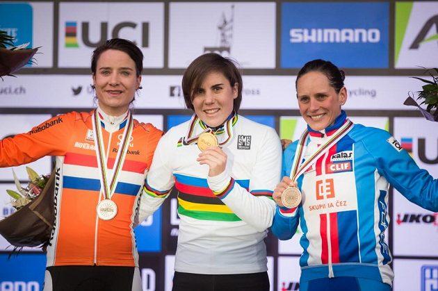 Kateřina Nash (vpravo) s bronzem z MS v cyklokrosu v Lucembursku. Uprostřed zlatá Belgičanka Cantová, vlevo stříbrná Nizozemka Vosová.