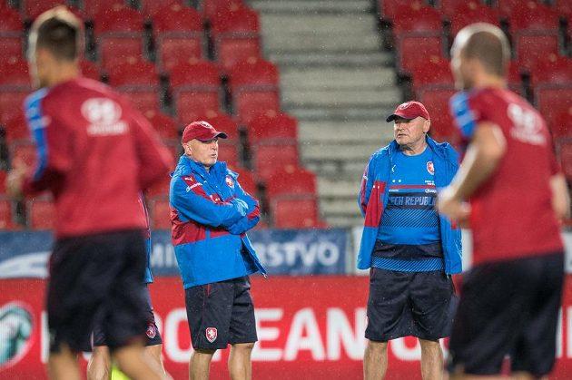 Trenér Karel Jarolím (vlevo) a asistent Miroslav Koubek během tréninkuna duel s Německem.