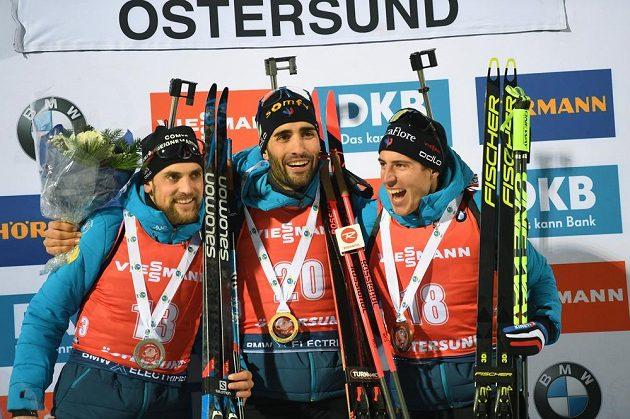 Francouzští biatlonisté obsadili ve vytrvalostním závodu při SP v Östersundu kompletně stupně vítězů: (zleva) stříbrný Simon Desthieux, vítěz Martin Fourcade a Quentin Fillon Maillet.