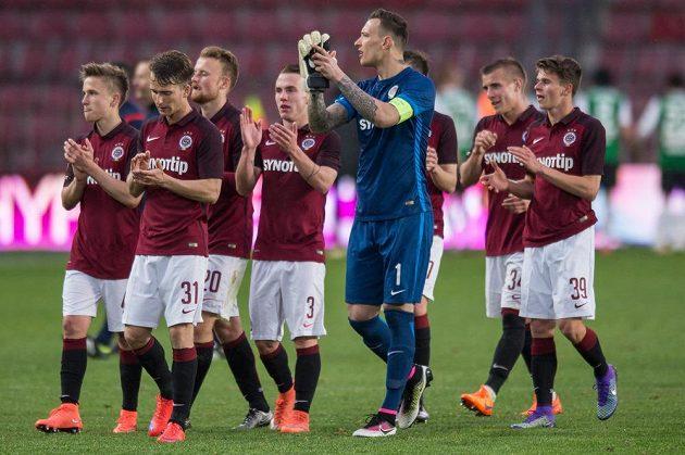 Brankář Marek Štěch a dorostenci Sparty po utkání semifinále MOL Cupu s Jabloncem.