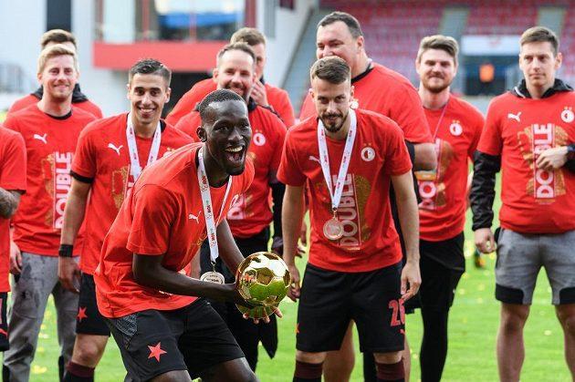 Abdallah Sima ze Slavie s trofejí za vítězství v MOL Cupu.