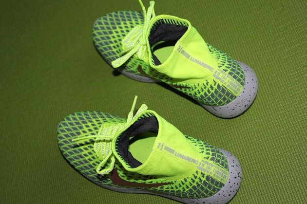 Boty Nike LunarEpic Flyknit Shield: Na tkaničkách a také na zadní straně bot je reflexní materiál.
