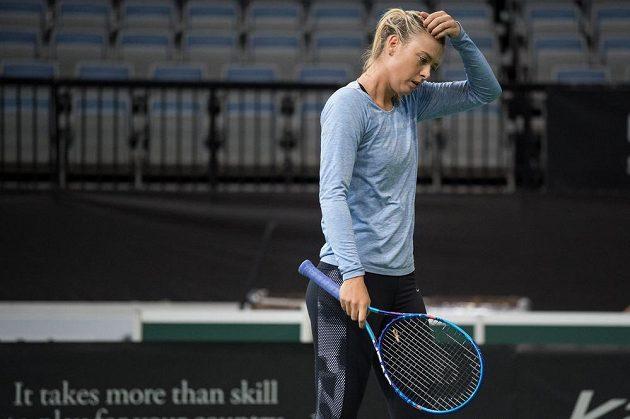 Zamyšlená ruská tenistka Maria Šarapovová během tréninku v Praze.