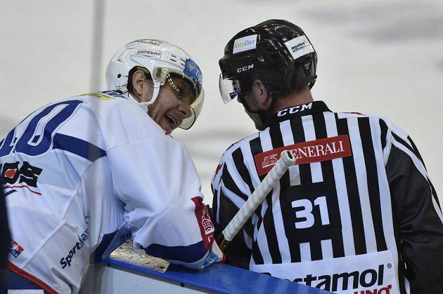 Martin Erat z Brna v diskuzi s čárovým rozhodčím Jakubem Frodlem.