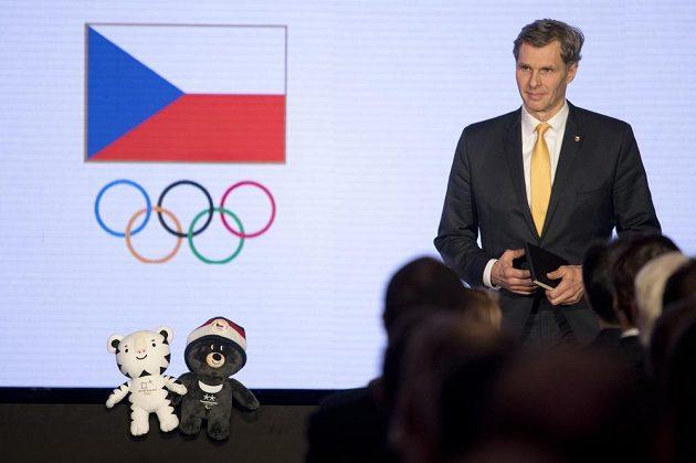 Předseda Českého olympijského výboru Jiří Kejval hovoří v Míčovně Pražského hradu k delegátům na nominačním plénu k zimním hrám v Pchjongčangu. Vlevo jsou maskoti olympijských her.