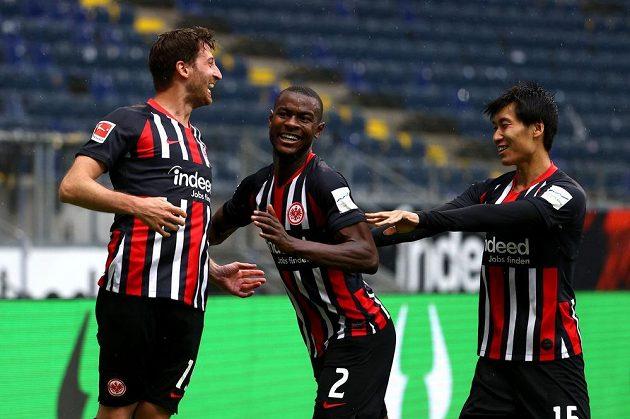 Frankfurtský David Abraham se raduje z gólu proti Schalke. Uprostřed Obite Evan N'Dicka, vpravo Dasiči Kamada.