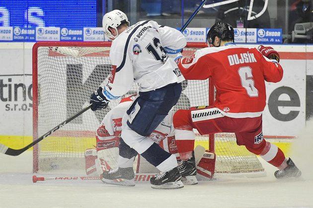 Zleva Václav Nedorost z Plzně a Tomáš Dujsík z Olomouce v akci během čtvrtfinále play off hokejové extraligy.