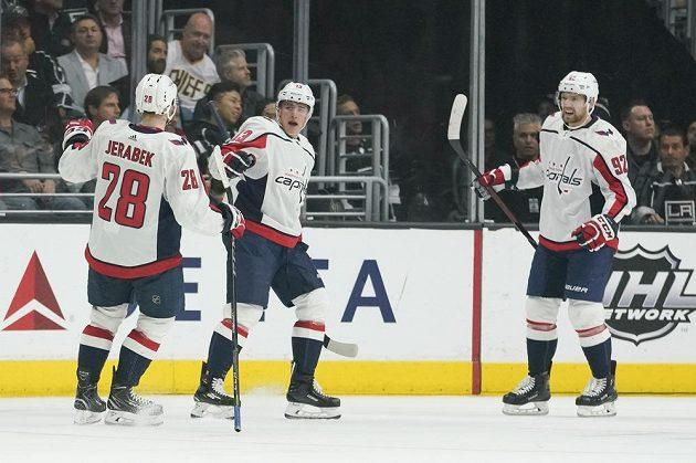 Hokejisté Washingtonu Jakub Vrána (uprostřed) a jeho jmenovec Jeřábek oslavují gól proti Los Angeles.