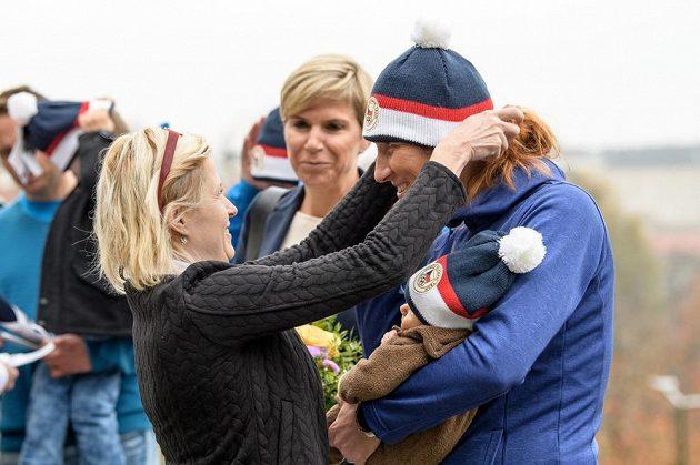 Veslařka Mirka Topinková Knapková s dcerou Adélkou během představení čepice z olympijské kolekce pro ZOH 2018.