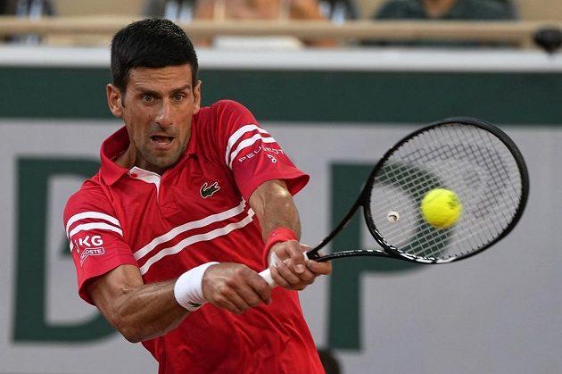 Srbský tenista Novak Djokovič returnuje během semifinále French Open.