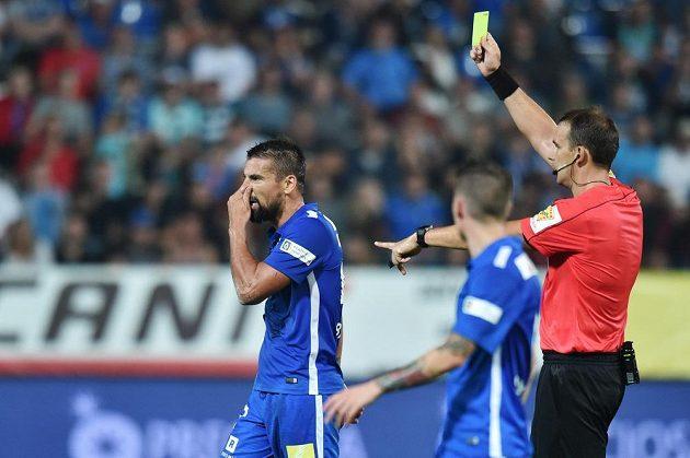 Milan Baroš ze Slovanu dostává žlutou kartu od hlavního rozhodčího Pavla Julínka.