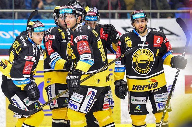 Hráči Litvínova oslavují gól.