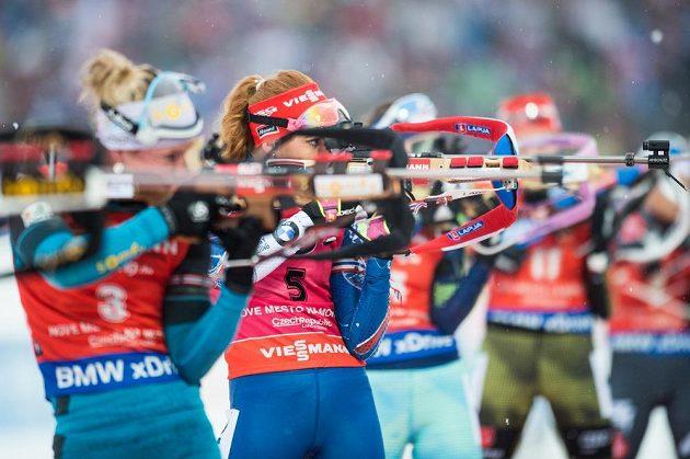 Gabriela Koukalová (5) na střelnici během závodu s hromadným startem na 12,5 km v Novém Městě na Moravě.