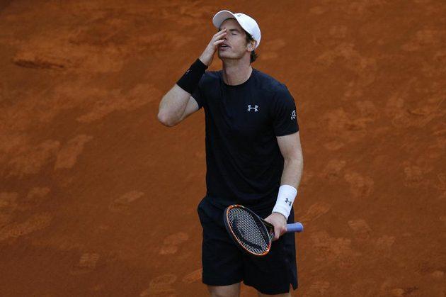 Reakce britského tenisty Andyho Murrayho po prohrané výměně se Srbem Novakem Djokovičem.