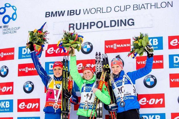 Stupně vítězů (zleva) stříbrná Gabriela Soukalové, vítězka Franziska Hildebrandová a bronzová Kaisa Mäkäräinenová z Finska.