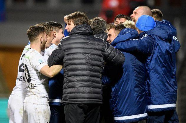 Fotbalisté Mladé Boleslavi oslavují vítězství a postup po utkání čtvrtfinále MOL Cupu.