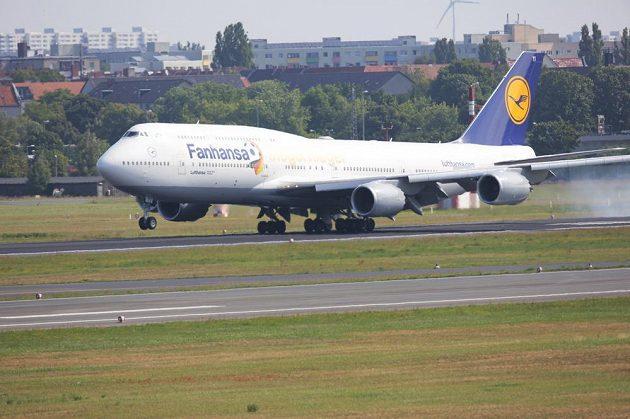 Letadlo se zlatým německým týmem přistává v Berlíně.