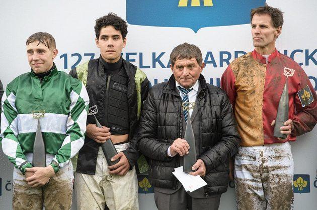 Vítěz 127. Velká pardubické Jan Kratochvíl (vlevo), druhý žokej Felix de Giles, trenér Josef Váňa a třetí žokej Niklas Lovén.