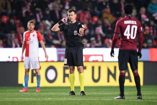 Rozhodčí Pavel Franěk během komunikace s videorozhodčím během derby Slavia - Sparta.