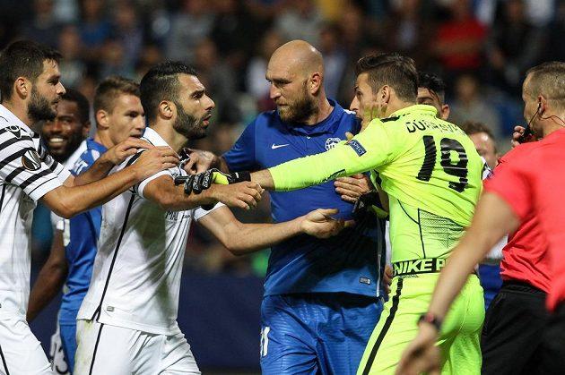 Výměna názorů mezi hráči Soluni (vlevo) a Liberce. Vpravo brankář Martin Dúbravka, uprostřed Martin Latka.