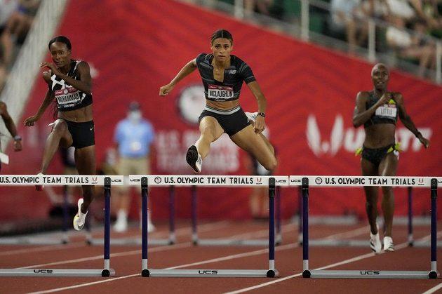 Sydney McLaughlinová si běží na mistrovství USA v Eugene pro nový světový rekord na 400 metrů překážek.